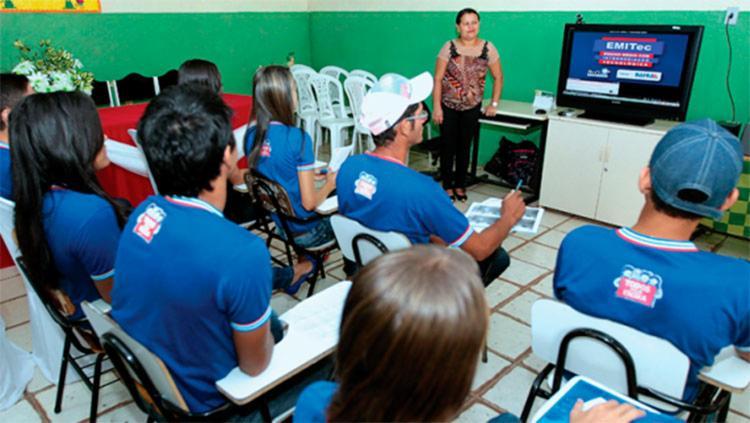 Aulas são transmitidas, em tempo real e via satélite, os estúdios de TV instalados em Salvador - Foto: Divulgação   SEC