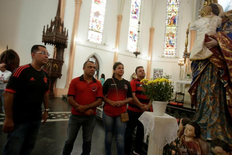 Diretor e componentes da embaixada FlaBahia promoveram Missa de Sétimo dia nesta quinta - Foto: Joá Souza | Ag. A TARDE