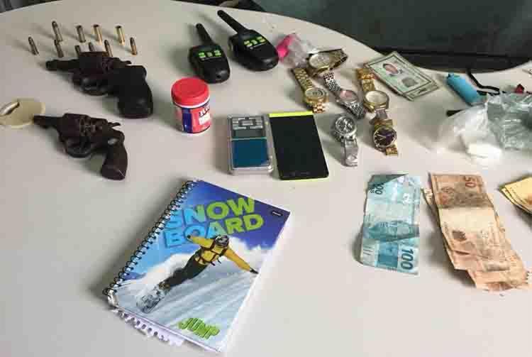 Polícia apreendeu dois revólveres, munições, 30 trouxinhas de maconha e outros objetos - Foto: Divulgação | SSP-BA