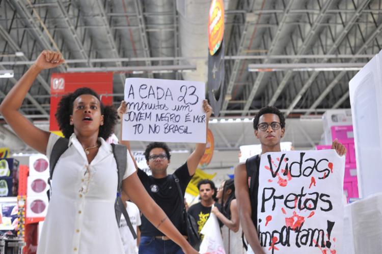 No protesto, manifestantes levaram cartazes com os dizeres