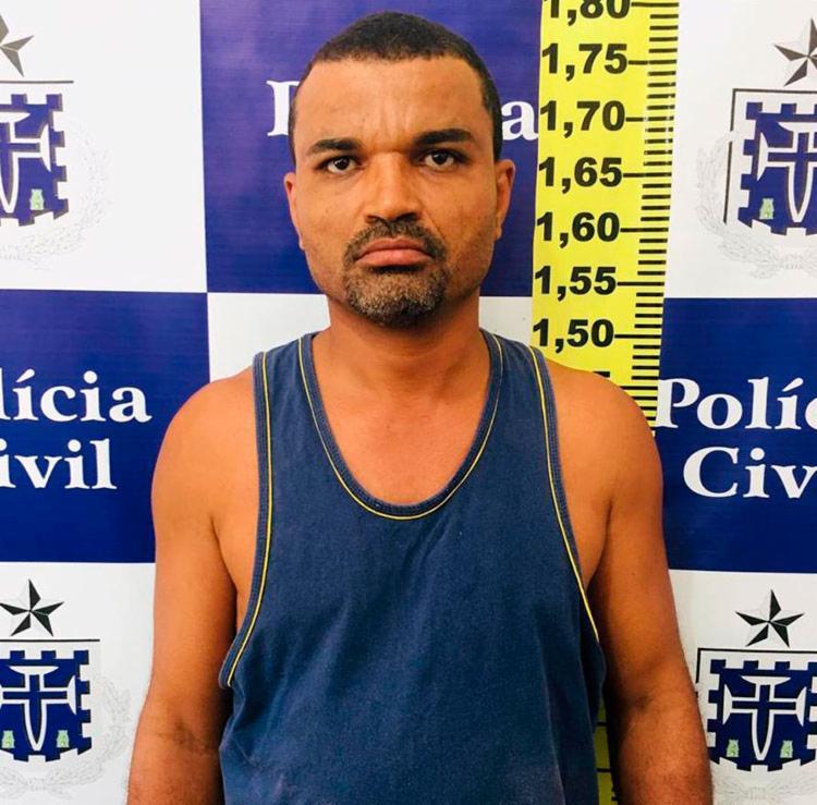 Suspeito foi levado para a Delegacia de Repressão a Furtos e Roubos, em Feira de Santana - Foto: Divulgação   Polícia Civil