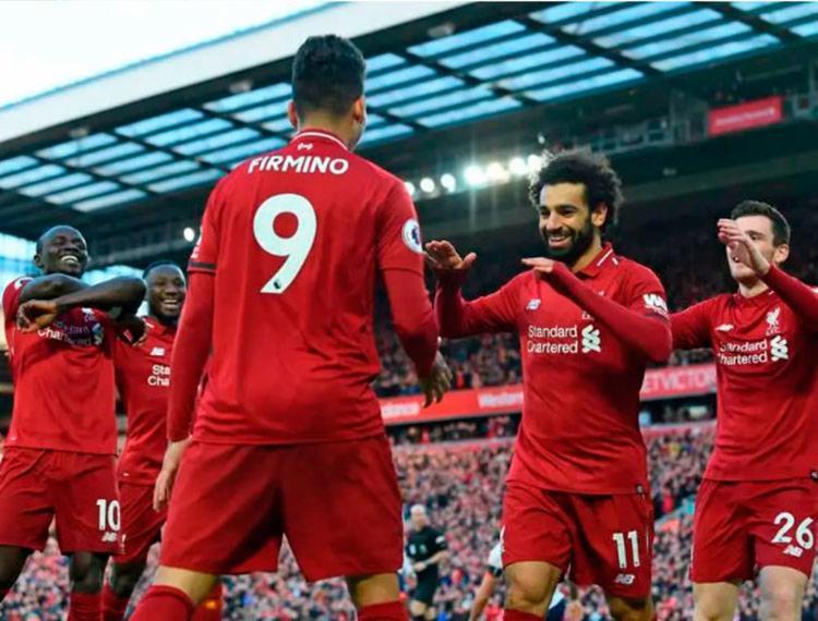 Jogadores do Liverpool comemoram gol de Salah - Foto: Paul Ellis   AFP