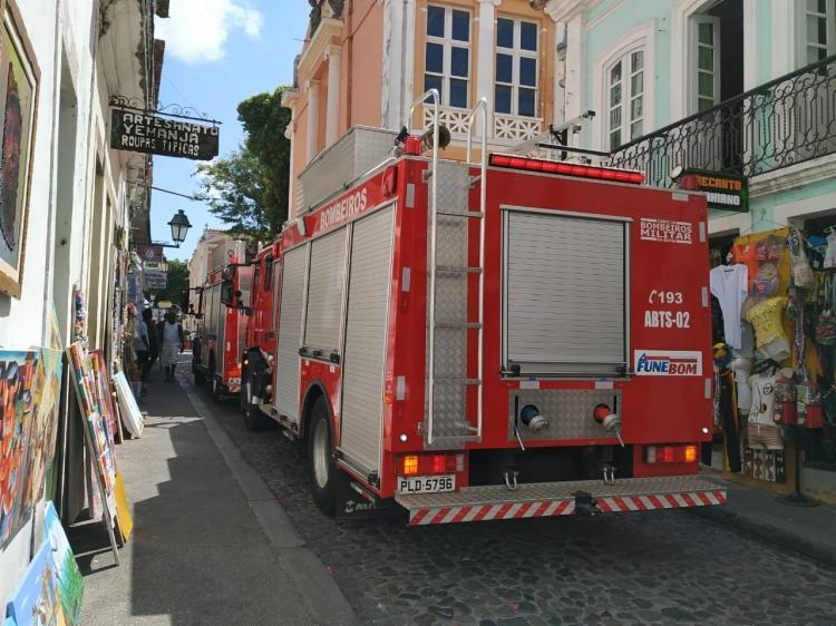 Dois caminhões do corpo de bombeiros já estão no local para combater o incêndio. As causas ainda são desconhecidas. - Foto: Divulgação | SSP-BA