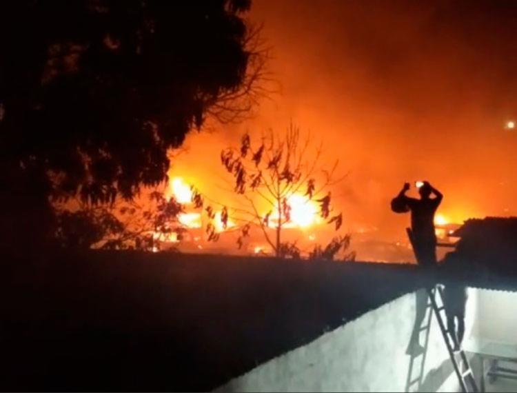 Ainda não se sabe quantos carros foram destruídos com o incêndio - Foto: Reprodução | Radar64
