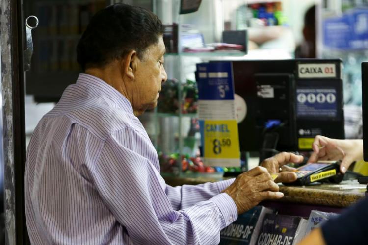 Para a contratação do crédito, é preciso apresentar documentos pessoais do aposentado ou pensionista - Foto: Marcelo Camargo | Agência Brasil