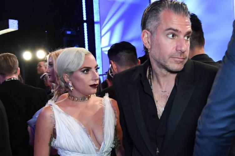 Segundo a mídia internacional, havia sinais de que o relacionamento de Gaga e Carino não ia bem - Foto: AFP