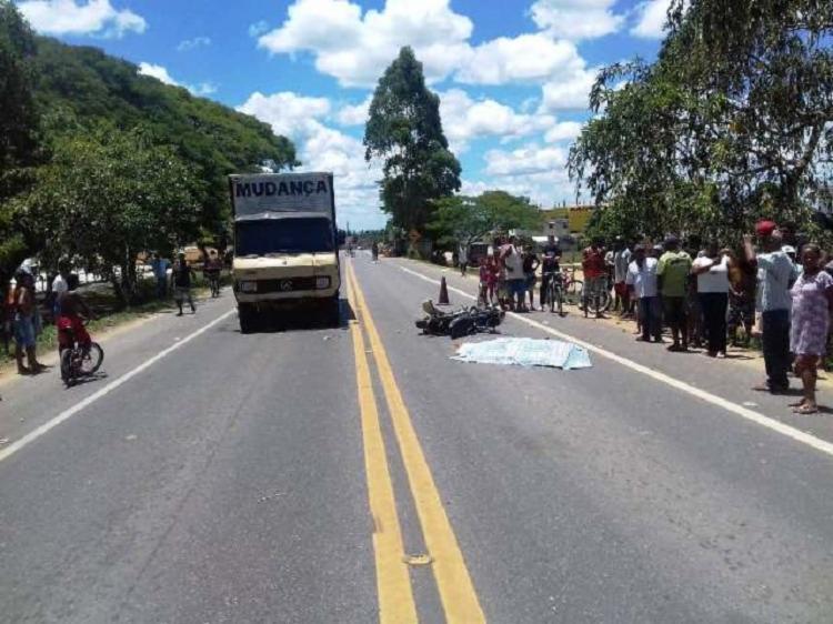 A motocicleta envolvida no acidente, que aconteceu no km 616 da rodovia, tem restrição de roubo, e o chassi estava suprimido - Foto: Verdinho Itabuna | Reprodução