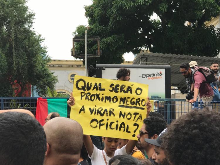 Manifestantes levaram faixas com os dizeres