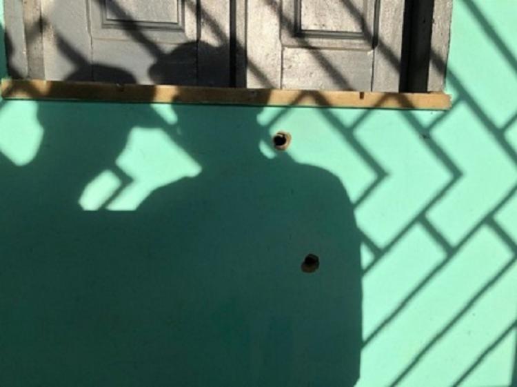 Marcas de tiros na parede de residência