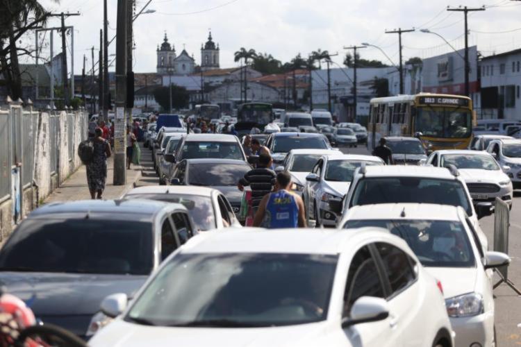 Motoristas enfrentam fila para acessar o Terminal de São Joaquim - Foto: Raul Spinassé | Ag. A TARDE