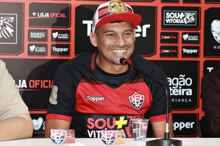 Neto Baiano foi contratado para resolver falta de experiência, e gols, no ataque. - Foto: Maurícia da Matta l EC Vitória