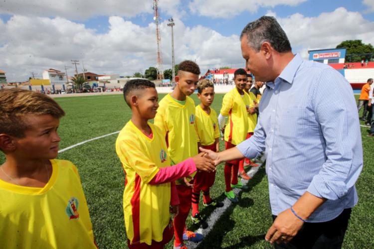 A grama sintética do Estádio Waldetrudes Carneiro de Magalhães, no município de Serrolândia, foi inaugurada nesta segunda-feira - Foto: Alberto Coutinho/GOVBA