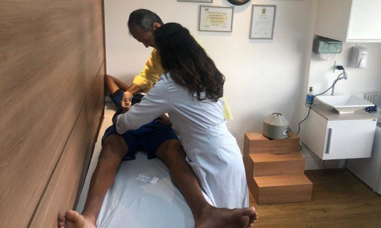 No Olímpia, o primeiro a ser submetido ao PRP foi o volante Paulinho, que se recupera de uma lesão no tornozelo - Foto: Lucas Pena | Esporte Clube Olímpia