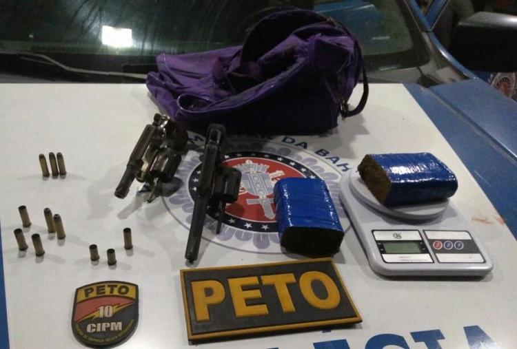 Além das armas e drogas, os policiais encontraram uma balança de precisão e uma sacola com fardas das Forças Armadas - Foto: Divulgação | SSP-BA