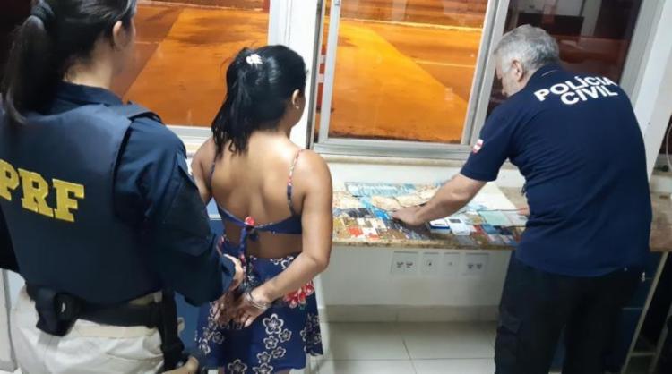 Com os suspeitos foram apreendidos cartões de crédito, folhas de cheque e quase R$ 5.000 - Foto: Divulgação | PRF-BA