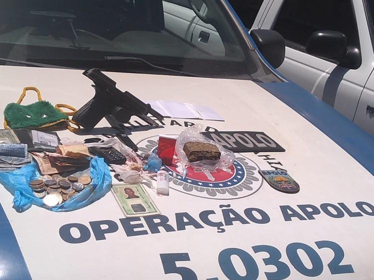 Com o suspeito foram encontradas drogas, uma pistola calibre 40, celulares e uma quantia de dinheiro no valor de R$ 196. - Foto: Divulgação | SSP-BA