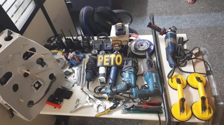 Com os suspeitos, a polícia apreendeu aparelhos mecânicos, alicates, brocadeiras além de um veículo. - Foto: Divulgação   SSP-BA