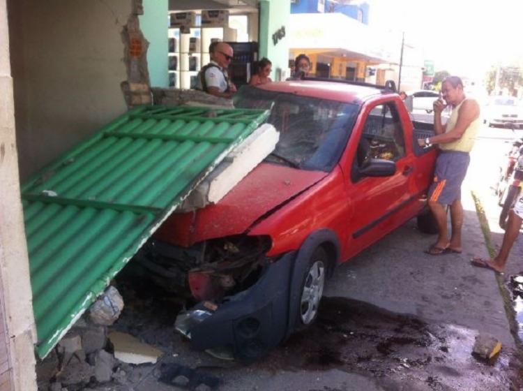 Suspeitos tentaram fugir, mas acabaram colidindo em um estabelecimento - Foto: Divulgação | Acorda Cidade