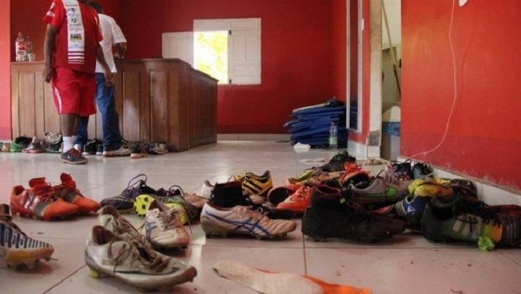 O local foi arrombado por ladrões, que levaram as camisa e os calções que seriam usados no duelo - Foto: Reprodução | oaltoacre.com