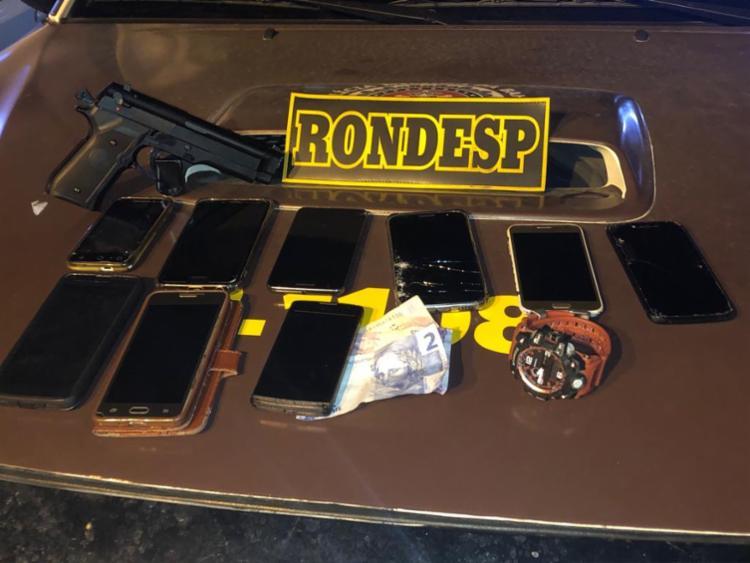 Com os suspeitos foram recuperados nove celulares, um simulacro de arma foi apreendido, além de uma quantia em dinheiro