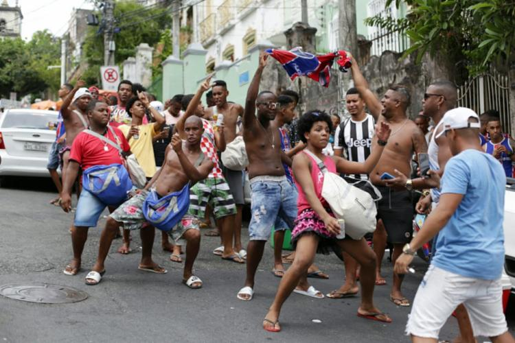 Do lado de fora, foliões fazem festa com som alto e bebidas alcoólicas
