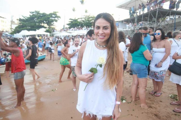 Moradora do Rio Vermelho, a cantora Alinne Rosa também homenageou a Rainha do Mar