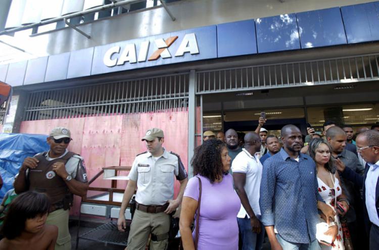 Nesta terça, cerca de 50 pessoas se uniram a Crispim Terral para realizar um protesto na agência da Caixa Econômica - Foto: Uendel Galter   AG. A TARDE
