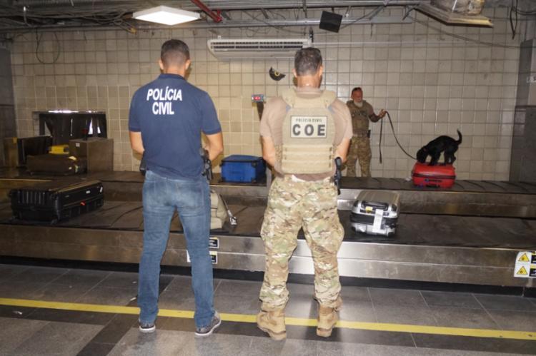 Policiais do Canil da Coe com a cadela Jade - Foto: Divulgação | SSP-BA