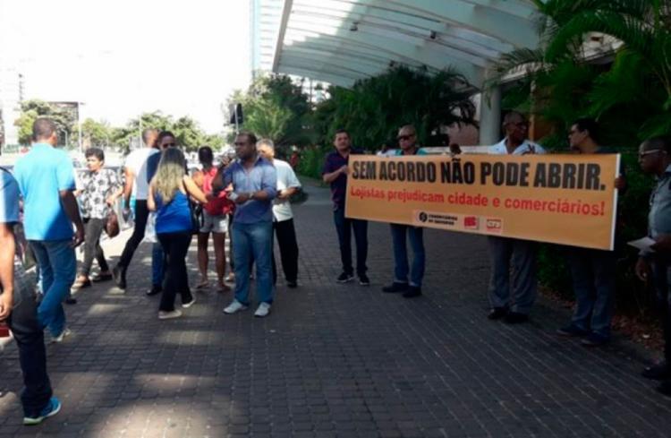 Comerciários exibiram faixas em frente ao Salvador Shopping - Foto: Divulgação | Sindicato dos Comerciários