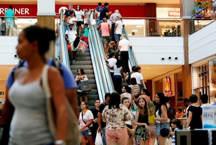 Mesmo sem acordo coletivo entre funcionários e patrões, shoppings abrem neste domingo - Foto: Raul Spinassé   Ag. A TARDE