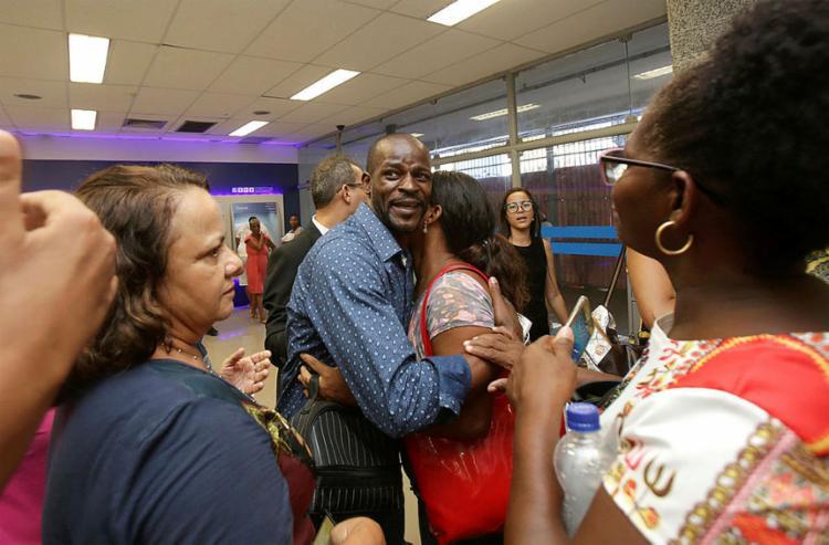 Com lágrimas nos olhos, Terral chegou ao local acompanhado de três advogados e da esposa - Foto: Uendel Galter l Ag. A TARDE