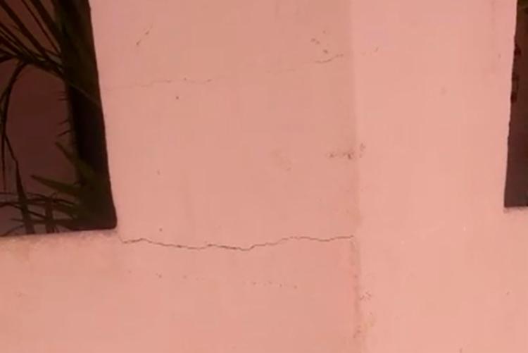 Algumas casas apresentaram rachaduras após o tremor - Foto: Reprodução   Site Furo 31