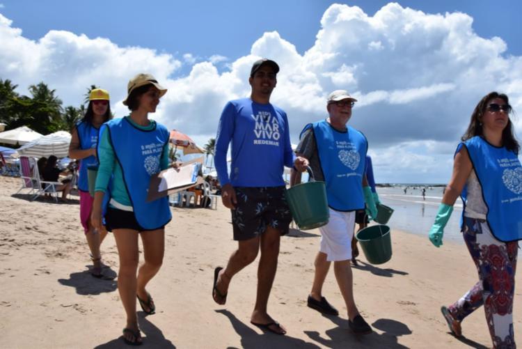 """Nas praias de Piatã e Itapuã, os """"guardiãs da praias"""" recolheram 3.831 resíduos sólidos, entre copos plásticos, palitos de picolés e de churrasquinho, """"bitucas"""" de cigarro e vidros - Foto: João Raimundo Santana/Divulgação"""