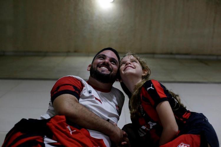 Gabriel Rosário e a filha, Ana Gabriela, viajam para assistir aos jogos do Vitória - Foto: Adilton Venegeroles / Ag. A TARDE