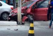 Homem fica ferido após colidir carro com poste em Itapuã | Foto:
