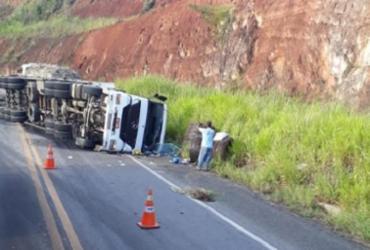 Motorista fica ferido após caminhão tombar na BR-101 | Reprodução | RADAR 64