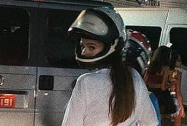 Bruna Marquezine vai embora de mototáxi após folia na Barra   Reprodução l Instagram