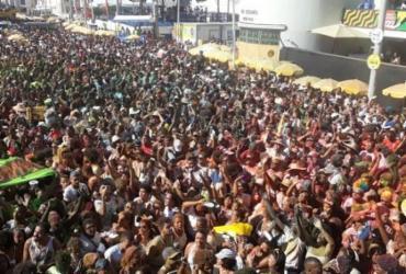 Pipoca do Saulo arrasta multidão no segundo dia de folia   Reprodução