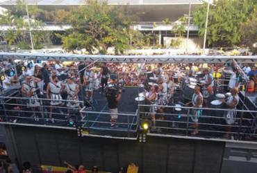 Vestido de gladiador, Denny Denan arrasta foliões no Campo Grande | Natália Figueiredo