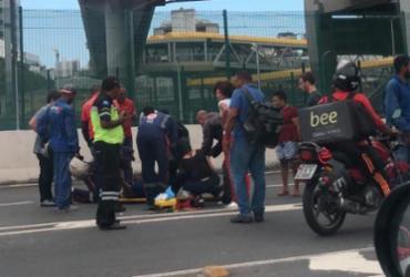 Acidente entre carro e moto deixa trânsito lento na LIP
