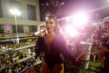 Vina Calmon aposta em figurino sensual para desfile na Barra-Ondina   Inacio Teixeira l Secom-PMS