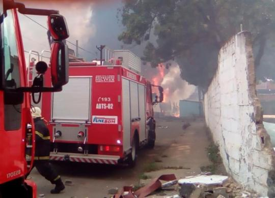 Incêndio de grandes proporções atinge fábrica de colchões em Valéria | Joá Souza | Ag. A TARDE