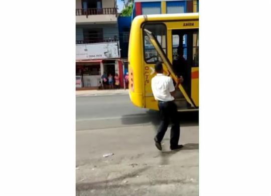 Porta de ônibus do transporte coletivo cai com veículo em movimento   Reprodução