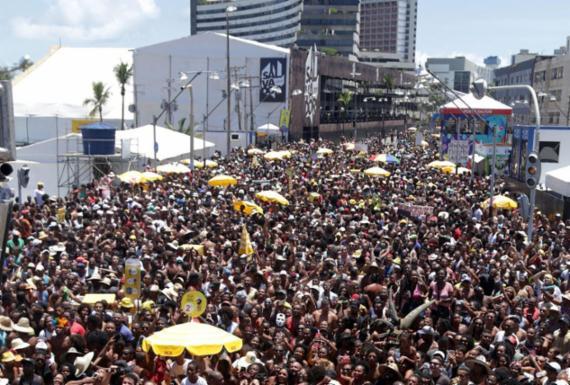 Tradicional arrastão da Quarta-feira de Cinzas atrai multidão na Barra | Raul Aguilar | Ag. A TARDE