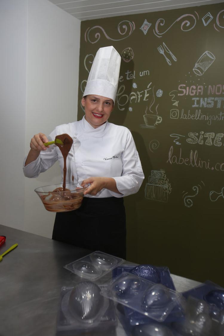 Chef Vanessa ensina todas as etapas da produção (Foto: Joá Souza | Ag. A TARDE)