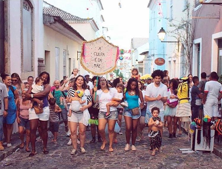 Mães, pais e filhos se divertem juntos durante o desfile do bloco pelas ruas do Pelourinho - Foto: Reprodução | Instagram