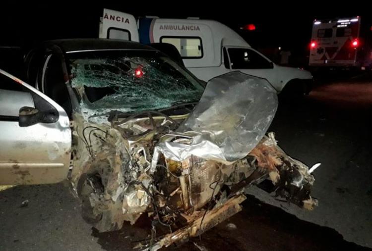 Um dos veículos envolvidos foi partido ao meio e ficou completamente destruído - Foto: Reprodução | Acorda Cidade