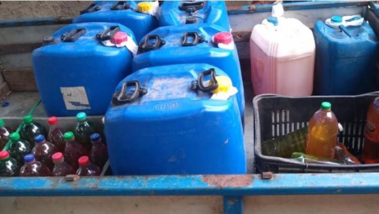 Com os suspeitos foram encontrados 530 litros de gasolina armazenados em duas residências. - Foto: Divulgação