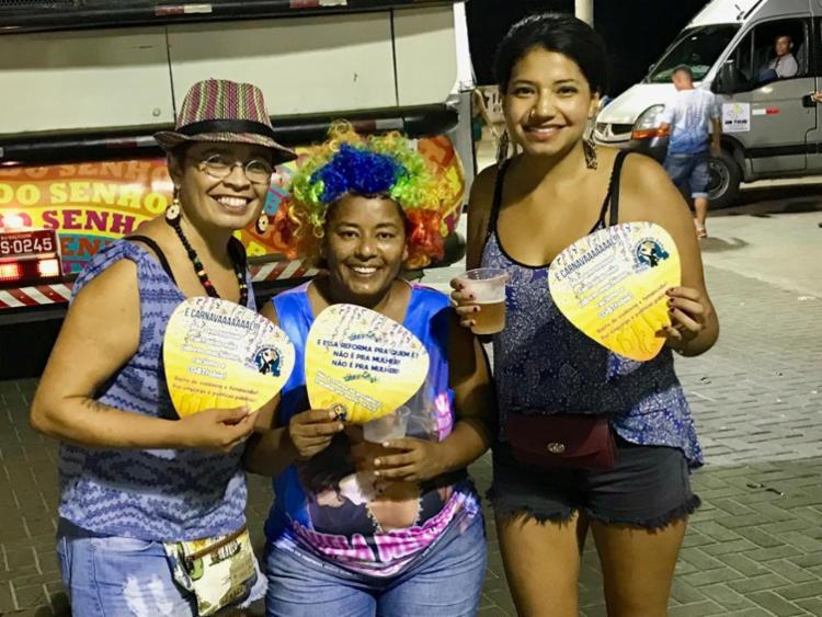 As ativistas do MML estavam distribuindo as ventarolas de papel na Pipoca da Rainha, comandada pela cantora Daniela Mercury - Foto: Roberto Aguiar