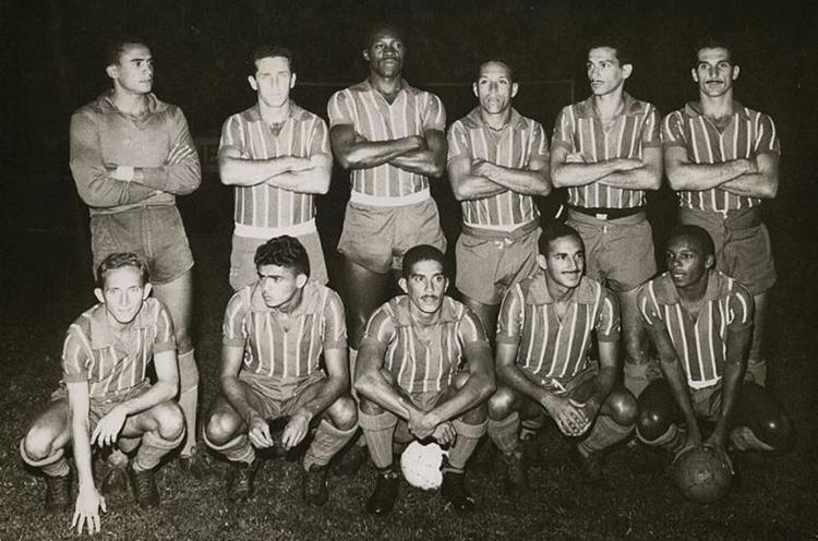Os campeões: Nadinho, Leone, Henricão, Flávio, Vicente e Beto (em pé); Marito, Alencar, Léo Briglia, Bombeiro e Biriba (agachados) - Foto: Reprodução